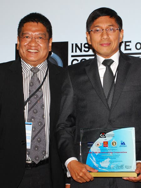 ABS-CBN corporate communications head Bong Osorio and ABS-CBN chief finance officer Ron Valdueza receive the award from the Institute of Corporate Directors