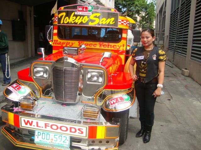 Waitress Melay Sebastian, whose father is a taxi driver, wins a brand new jeepney in Happy Yipee Yehey's Pera O Bayong