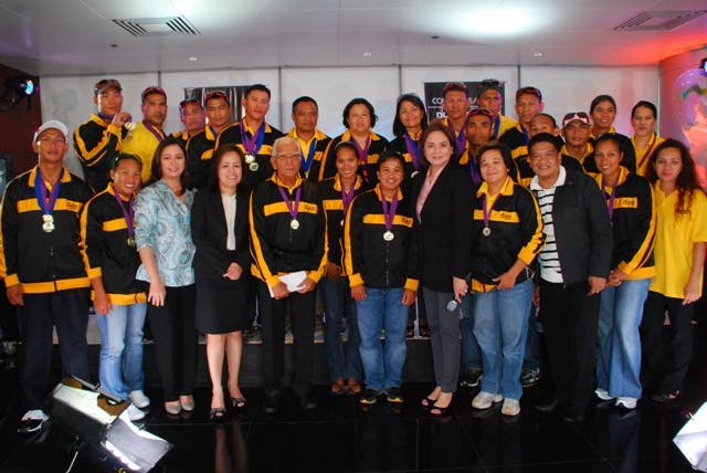 ABS-CBN executives led by its president Charo Santos Concio (5th fr right) welcome the victorious Philippine Dragon Boat Federation