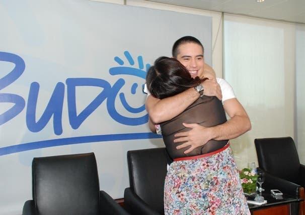 Gerald Anderson hugs Janice de Belen