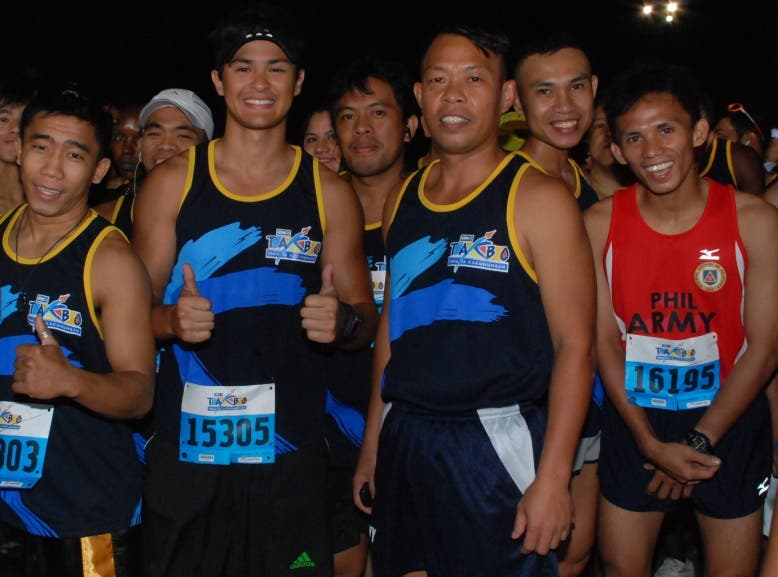 Actor Matteo Guidicelli leads the 10km race of theDZMM Takbo Para sa Karunungan at the Qurino Grandstand in Manila, March 11, 2012
