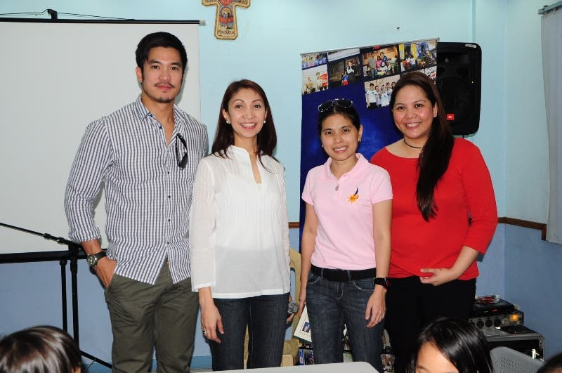 Diether Ocampo, DZMM station manager Marah Capuyan (in white)