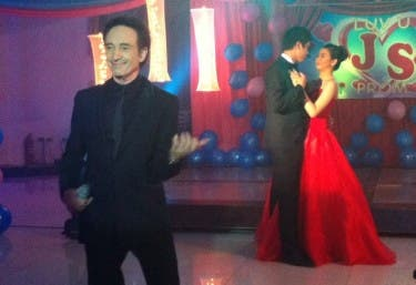 David Pomeranz singing at LUV U