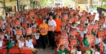 Almost 600 Grades 2 and 3 students of San Vicente Elementary School in Angono, Rizal receive the Rescue 5 activity book on disaster preparedness. In photo are News5 Public Service Head Sherryl Yao, Rescue 5 host Paolo Bediones, recruit Manu Sandejas, and technical rescuer Charlie Gil.