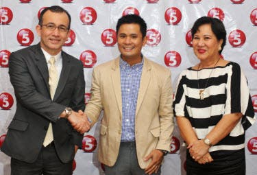 TV5 welcomes its newest Kapatid, comedian-singer Ogie Alcasid.  Ogie completed his contract signing last Tuesday, August 6. TV5 President and CEO, Noel C. Lorenzana (left), and TV5 Chief Entertainment Content Officer, Wilma V. Galvante (right) met with Ogie during the signing.