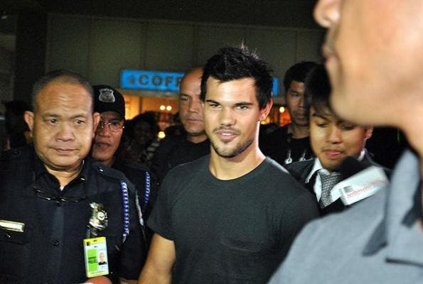 Taylor Lautner arrived at the Ninoy Aquino International airport early morning on Friday for Bench fans day on Friday, August 17.