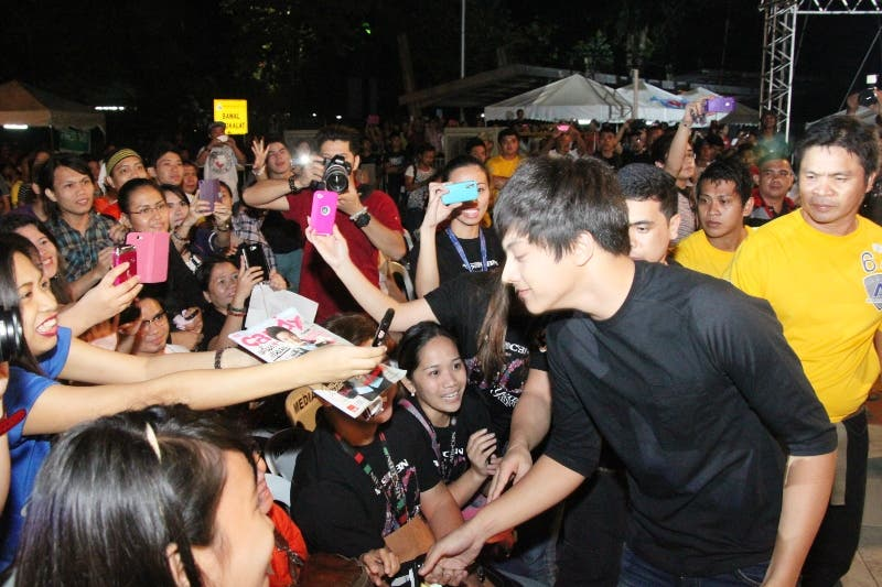 Daniel Padilla joined the crowd in the middle of his production number in MOR Live Concert