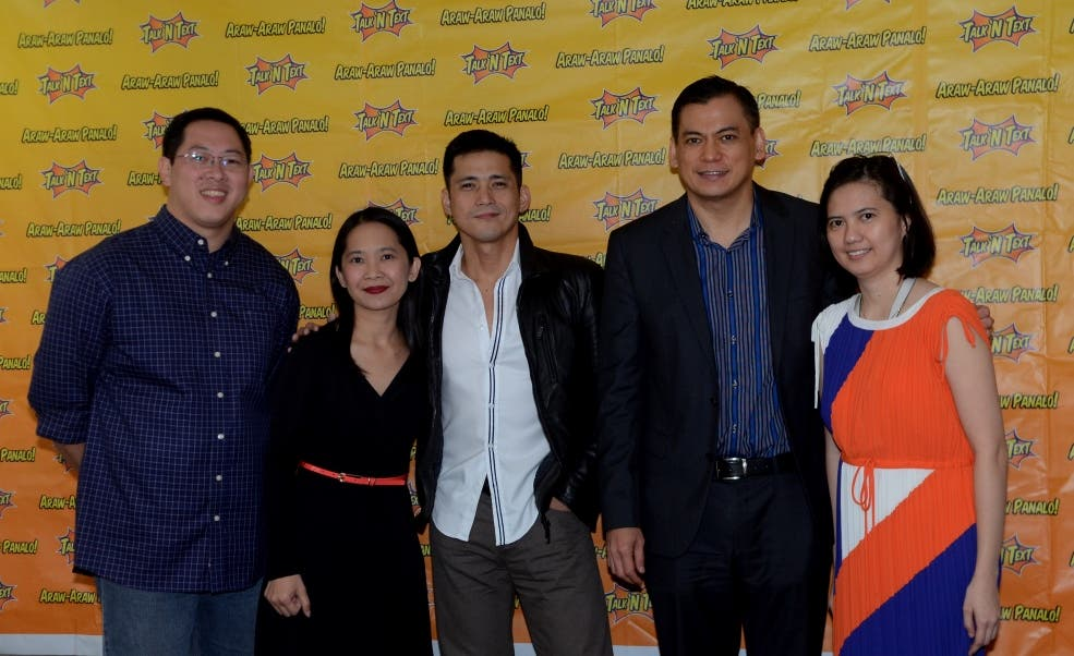 Actor and Talk 'N Text endorser Robin Padilla with (from left) Talk 'N Text Go to Market head Melvin Nubla, Smart Prepaid Business Group head Jane Basas, Smart EVP and Wireless Consumer Business head Charles Lim and Smart Prepaid Usage head Miriam Choa