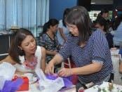 Chiqui Barretto helping Suzi Entrata to gift wrap