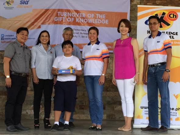TURNOVER OF THE GIFT OF KNOWLEDGE. Government officials of Bataan led by Rep. Geraldine Roman together with Knowledge Channel president Rina Lopez Bautista and SKY Pay TV head Jaja Suarez at the official turnover of SKYdirect kits in Gugo Elementary School.