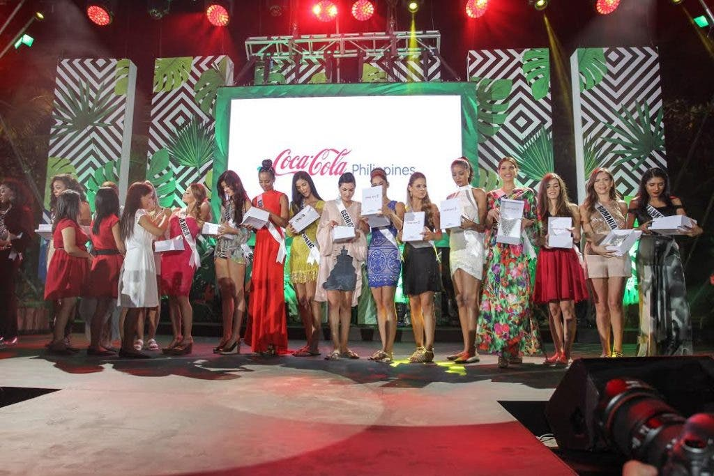 Candidates were unable to resist the urge to try on the neckpieces given by the Coca-Cola 5by20 Artisans. The neckpieces were made by the women artisans from the pull tabs of Coca-Cola products.