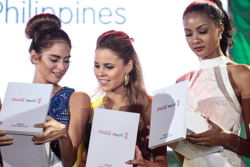 Candidates of the 65th Miss Universe Pageant admired the beautiful neckpieces they received from the Coca-Cola 5by20 Artisans.  Each neckpiece is made out of the pull tabs from canned beverages of Coca-Cola.
