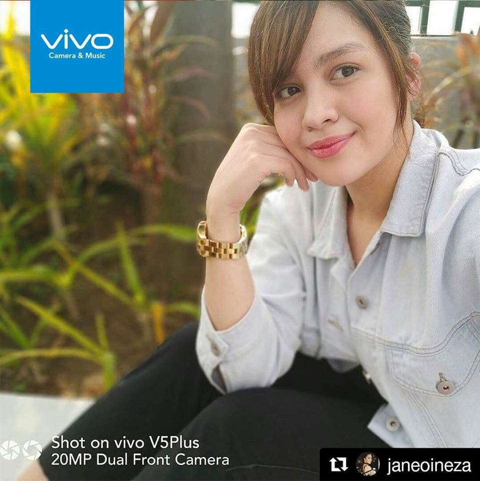 Jane Oineza, actress, uses the Vivo V5 Plus' selfie soft light effect in taking a photo.