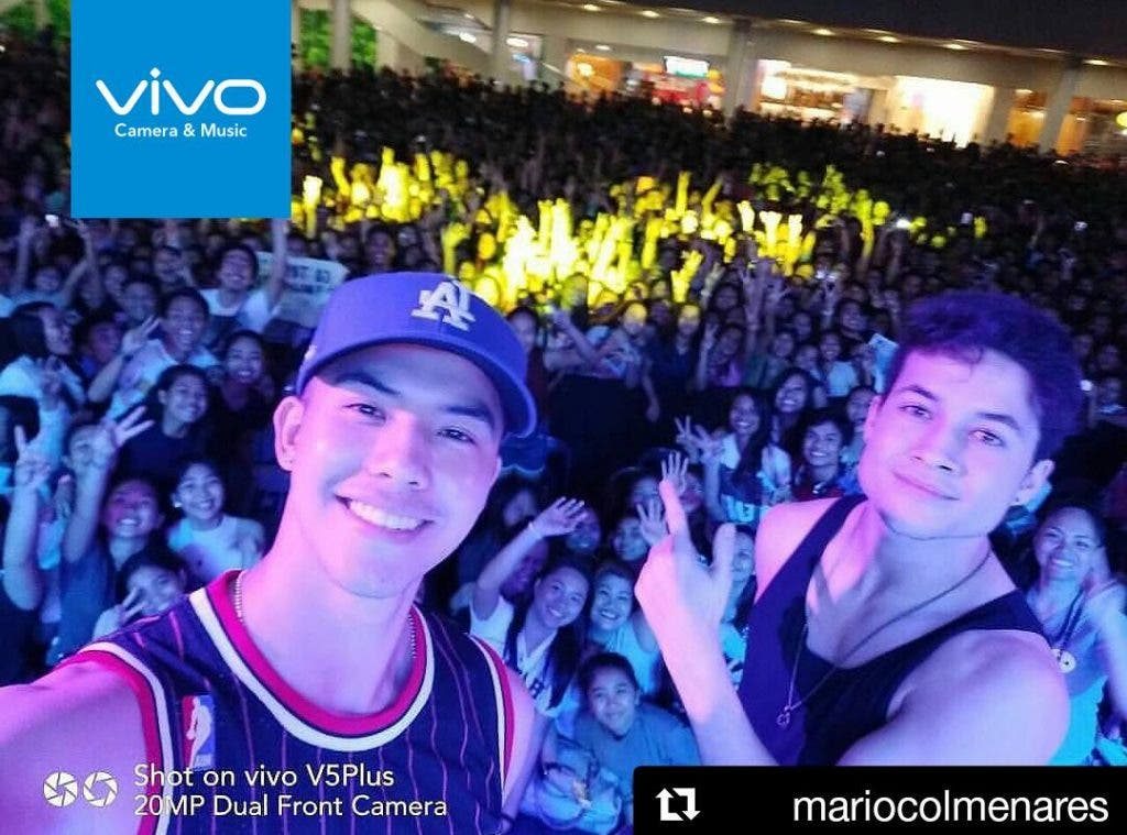 Pinoy Boyband Superstar's Tony Labrusca and James Ryan Cesena take a selfie using the Vivo V5 Plus with the guests during its official consumer and media launch.